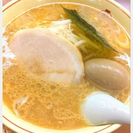 「ホープ軒本舗」の味付け玉子と中華そば(C)日刊ゲンダイ