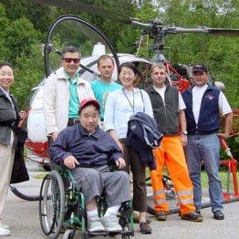 スイスへ介護旅行(2004年=左から2人目が篠塚社長)