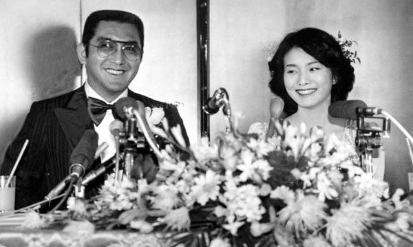 松方弘樹と仁科明子(1979年、結婚記者会見のとき)/(C)日刊ゲンダイ