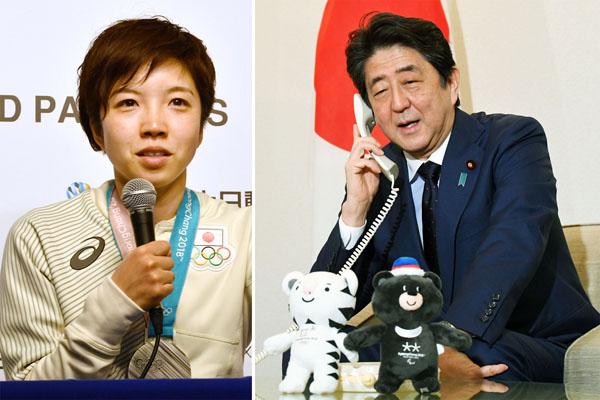 小平選手(左)を電話で祝福する安倍首相/(C)共同通信社