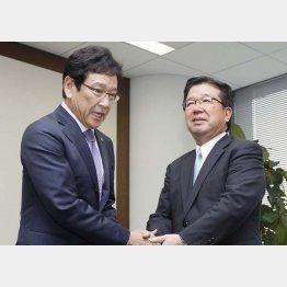 社長を辞任した須江紗和オーナー(右)と握手する栗山監督/(C)共同通信社