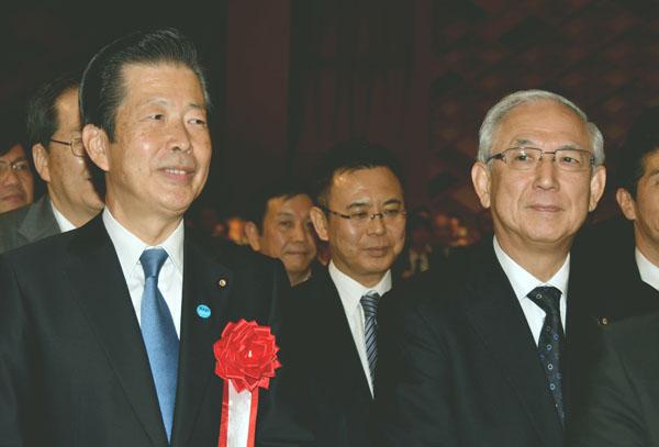 公明党の判断は…(左から山口代表、井上幹事長)(C)日刊ゲンダイ