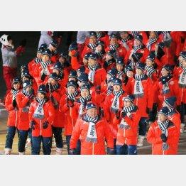 閉会式で入場行進する日本選手団(C)共同通信社
