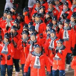 閉会式で入場行進する日本選手団