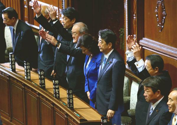 衆院が解散され万歳三唱する議員と安倍首相(C)日刊ゲンダイ