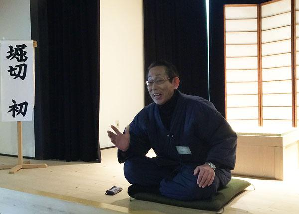昔話を紹介(C)日刊ゲンダイ