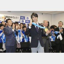 所属企業からの祝福を受ける羽生(C)日刊ゲンダイ