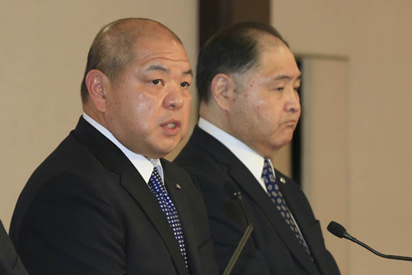 協会からは八角理事長と尾車親方が出廷(C)日刊ゲンダイ
