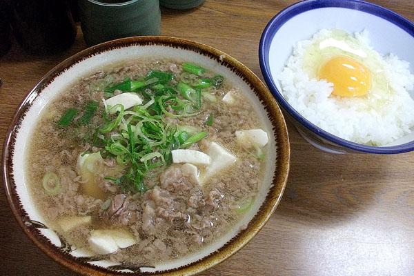 「千とせ」の肉吸い(豆腐入り)と小玉(玉子かけご飯)/(C)日刊ゲンダイ