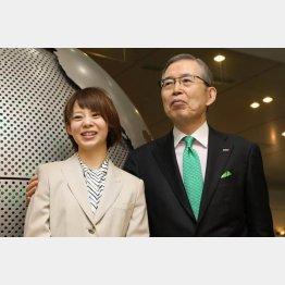 日本電産の永守会長と高木那奈選手(C)共同通信社