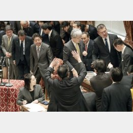 予算通過を強行(C)日刊ゲンダイ