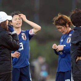 左から高倉監督、鮫島、阪口、大部コーチ