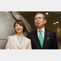 高木選手(左)と日本電産の永守会長/(C)共同通信社