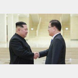 握手する金正恩と韓国大統領府の鄭義溶国家安保室長(5日、平壌=朝鮮中央通信撮影・共同)