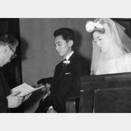 1961年に結婚。右は妻で女優の平木久子さん、中央は倉本氏(F.C.S.提供)