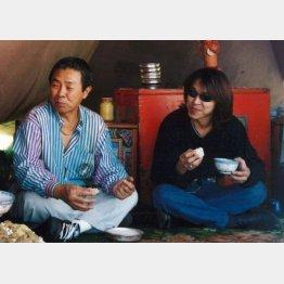 次男の大野誠さん(右)について「音楽の良き相方」と語っていた(北島音楽事務所提供)