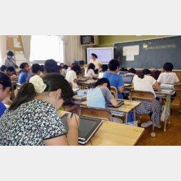 タブレット端末を使った授業を受ける児童(C)共同通信社