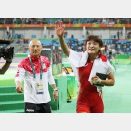 リオ五輪での伊調馨と栄和人強化本部長(C)日刊ゲンダイ