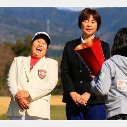 笑いが止まらないアン(左)と小林浩美会長(C)日刊ゲンダイ