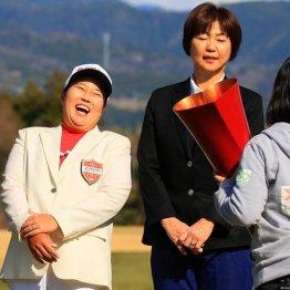 笑いが止まらないアン(左)と小林浩美会長