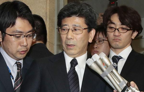国税庁長官辞任の会見をする佐川宣寿氏(央)/(C)日刊ゲンダイ