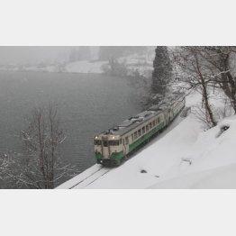 雪中を走る只見線の列車(C)日刊ゲンダイ