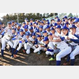 選抜高校野球大会への出場が決まったときの中央学院の選手たち(C)共同通信社
