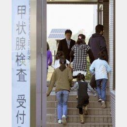 甲状腺検査に向かう子どもたち=福島市の県立医大病院・2011年10月(C)共同通信社