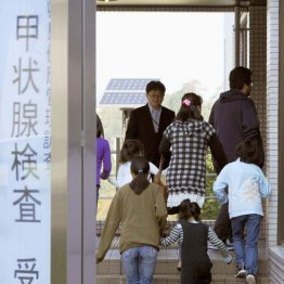甲状腺検査に向かう子どもたち=福島市の県立医大病院・2011年10月