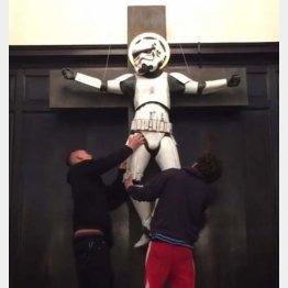 「十字架にかけられたストームトルーパー」は移し替えに…(インスタグラムから)