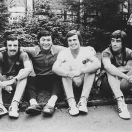 パルサ選手と仲良くカメラに納まった筆者(右3)