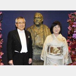 ノーベル賞授賞式での根岸英一氏と妻のすみれさん(C)共同通信社