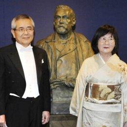 ノーベル賞授賞式での根岸英一氏と妻のすみれさん
