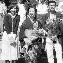 「前略おふくろ様」の出演者。右から萩原健一、八千草薫、坂口良子/(C)共同通信社