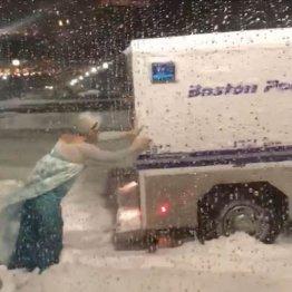 雪にはまったトラックを押すエルサ