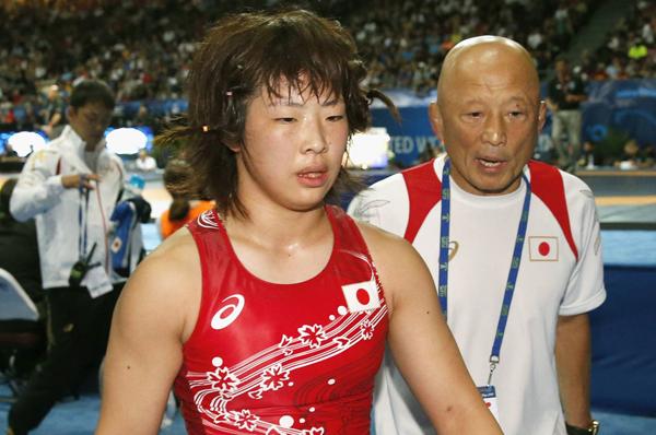 15年世界選手権で希和(左)のセコンドに付いた栄監督/(C)共同通信社