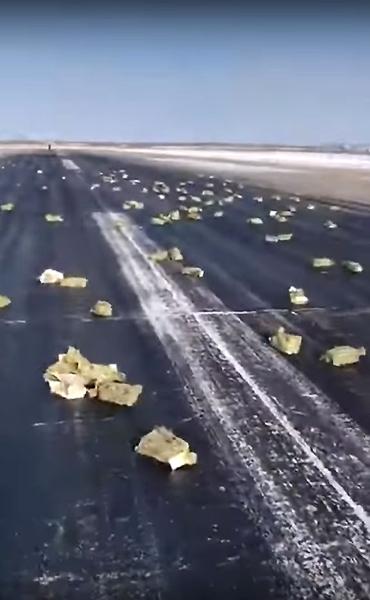 滑走路にまき散らかされた金やプラチナの延べ棒(ザ・サイベリアン・タイムズ紙のユーチューブから)