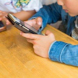 子供のスマホ依存とどう向き合う 専門家が親にアドバイス