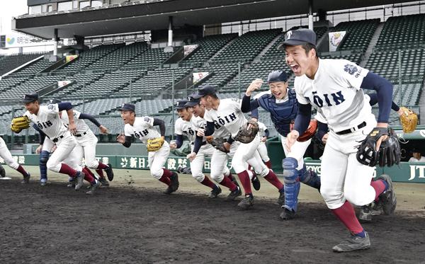 甲子園練習が始まり、グラウンドへ駆けだす大阪桐蔭ナイン(C)共同通信社