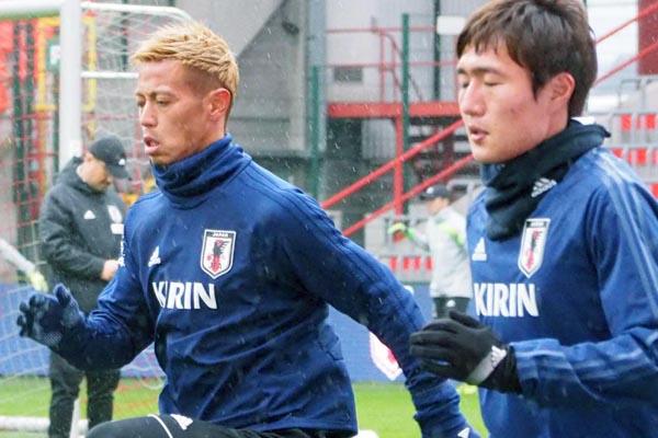 ランニングするFW本田圭佑(左)/(C)六川亨