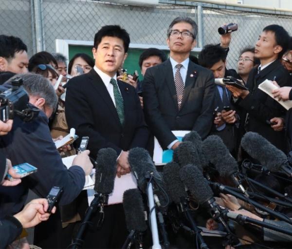 接見後の取材に応じる今井雅人議員(左)と宮本岳志議員(C)日刊ゲンダイ