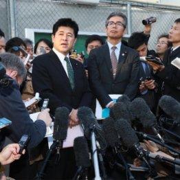 接見後の取材に応じる今井雅人議員(左)と宮本岳志議員