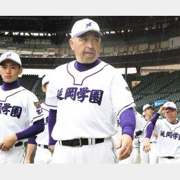 延岡学園を率いる三浦正行監督(C)日刊ゲンダイ