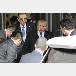 「親子、兄弟盃」は行われていないよう(中央が織田代表)/(C)日刊ゲンダイ