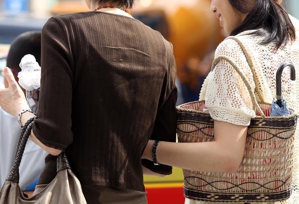 LINEで「行きません」と返事(写真はイメージ)/(C)日刊ゲンダイ
