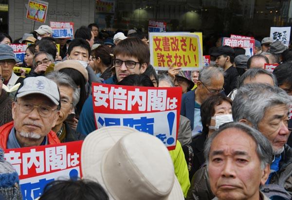 デモは全国へ波及する(C)日刊ゲンダイ