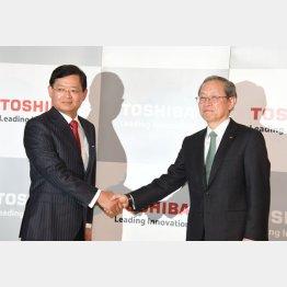 4月から車谷CEO(左)が就任。右は綱川社長(C)日刊ゲンダイ