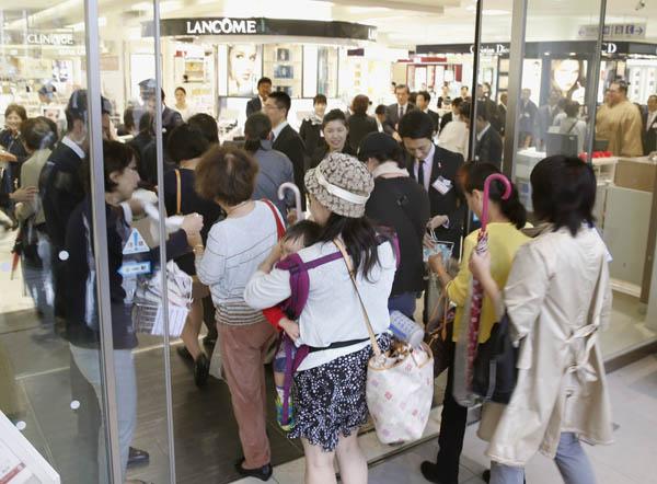 2013年全面改装した伊勢丹松戸店に入店する買い物客(C)日刊ゲンダイ