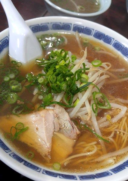 「王餃子」の博多しょうゆラーメン/(C)日刊ゲンダイ