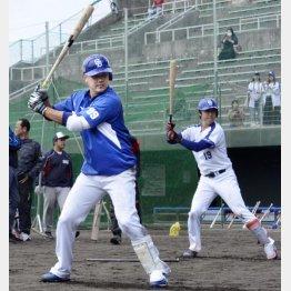 昨季ノーヒットの吉見(右)と打撃練習をする松坂/(C)共同通信社